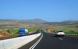 Estrada com terreno montanhoso fotografia de stock