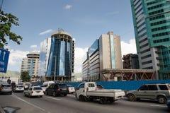 Estrada com transporte e construções Fotos de Stock Royalty Free