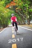 Estrada a 2017, conceito do ano novo feliz e ideia da motivação do esporte Fotos de Stock
