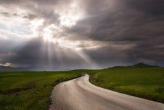 A estrada cruza uma pradaria Fotografia de Stock