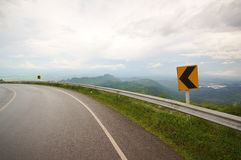Estrada curvada com Mountain View Fotos de Stock Royalty Free