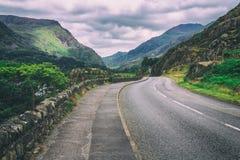 Estrada curvada no campo de Galês Imagem de Stock