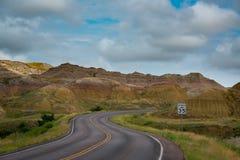 Estrada Curvy através dos montes amarelos foto de stock