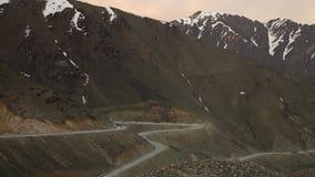 Estrada Curvy na parte inferior das montanhas video estoque