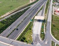 Estrada da Ática Odos, de Attica Tollway e estação do pedágio, Atenas, Greec imagens de stock