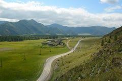Estrada da aldeia da montanha de Altay Fotos de Stock Royalty Free