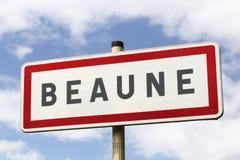 A estrada da cidade de Beaune assina dentro Borgonha Imagens de Stock