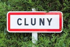 A estrada da cidade de Cluny assina dentro Borgonha Fotografia de Stock