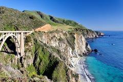 Estrada da Costa do Pacífico da rota 1 do estado do Oceano Pacífico - Califórnia - ponte da angra de Bixby, área de Big Sur, Cali Imagens de Stock