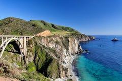 Estrada da Costa do Pacífico da rota 1 do estado do Oceano Pacífico - Califórnia - ponte da angra de Bixby, área de Big Sur, Cali Foto de Stock