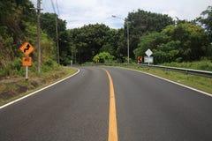 estrada da curva e sinal amarelo do ziguezague Imagem de Stock Royalty Free