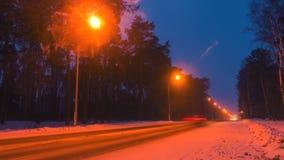 Estrada da estrada do inverno na noite Vista na estrada da noite, conceito da velocidade vídeos de arquivo