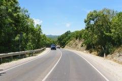 estrada da Dois-pista nas montanhas 60 mph Imagem de Stock Royalty Free