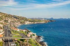 Estrada da estrada e tráfego ao longo da costa de mar, ilha de Madeira Foto de Stock