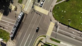 Estrada da junção da vista aérea com bondes e carros na cidade filme