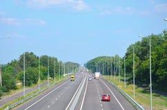 Estrada da Kiev-costeleta na tarde com carros, vista no dist fotos de stock