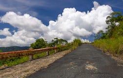 Estrada da montanha às nuvens Imagem de Stock Royalty Free