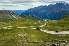 Estrada da montanha Áustria Paisagem surpreendente com estrada, carros e picos de montanha nevado Foto de Stock