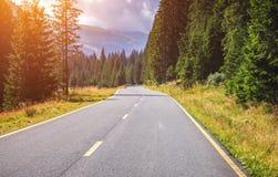 Estrada da montanha Ajardine com rochas, o céu ensolarado com nuvens e o b Imagens de Stock Royalty Free