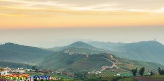 Estrada da montanha ao por do sol Fotografia de Stock Royalty Free