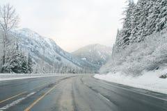 Estrada da montanha através da neve no inverno, Washington Fotos de Stock Royalty Free