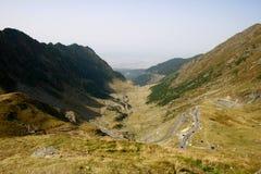 Estrada da montanha através do vale de Transfagarasan imagens de stock