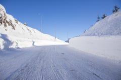 Estrada da montanha coberta na neve Imagem de Stock
