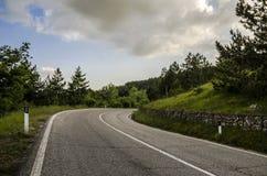 Estrada da montanha com fundo verde fotografia de stock