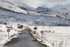 Estrada da montanha da neve Fotos de Stock Royalty Free