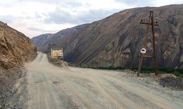 Estrada da montanha do cascalho Fotos de Stock