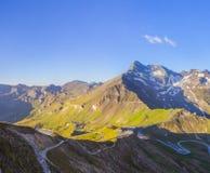 Estrada da montanha do enrolamento debaixo de Brennkogel Fotos de Stock Royalty Free