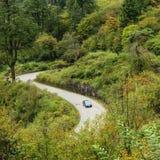 Estrada da montanha do enrolamento na floresta do outono Fotos de Stock