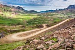 Estrada da montanha do enrolamento que conduz ao vale Foto de Stock
