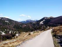 Estrada da montanha em Croatia sobre o backgorund 2 do céu azul fotos de stock royalty free