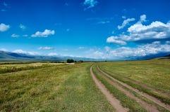 Estrada da montanha no platô em montanhas de Ketmen, Cazaquistão Fotografia de Stock