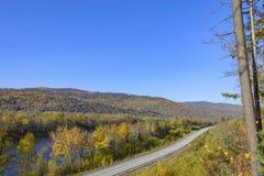Estrada da montanha no taiga do leste Fotos de Stock Royalty Free
