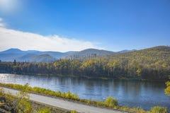 Estrada da montanha no taiga do leste Fotografia de Stock Royalty Free