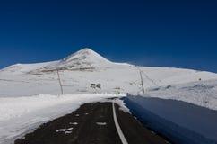 Estrada da montanha obstruída pela neve imagem de stock