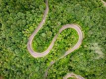 Estrada da montanha vista de cima da vista aérea sobre uma floresta Foto de Stock