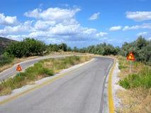 Estrada da montanha, volta afiada, sinais de estrada Foto de Stock Royalty Free