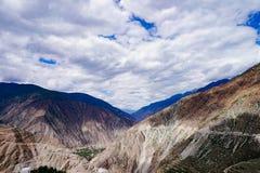Estrada da movimentação do turismo do cenário da montanha da nuvem do céu Fotos de Stock Royalty Free