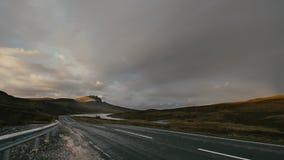 Estrada da estrada nas montanhas, Escócia - ancião de Storr, tempo-lapso filme