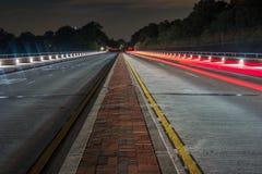 Estrada da noite e luzes vermelhas da cauda Foto de Stock