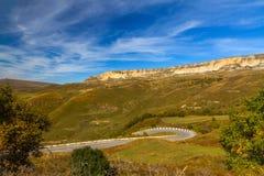 Estrada da paisagem das montanhas Foto de Stock