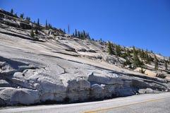 Estrada da passagem de Tioga, parque nacional de parque nacional de Yosemite Fotografia de Stock