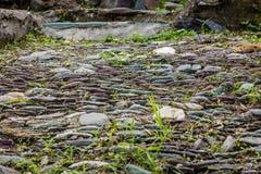 Estrada da pedra com grama fotos de stock
