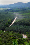 Estrada da poeira através da selva verde em Vietname Foto de Stock
