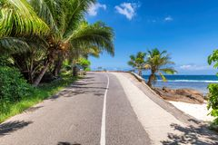 Estrada da praia na ilha de Paradise fotografia de stock