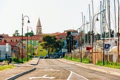 Estrada da rua com igreja Maurus santamente no Eslovênia de Izola fotografia de stock