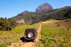 Estrada da terra ao basecamp da montanha fotos de stock royalty free